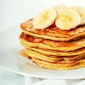 Pancakes à la banane   Pour 8 personnes   ✅1 cuillère à soupe de graines de lin moulues ✅3 cuillères à soupe d' eau ✅1 grosse banane ✅2 cuillères à soupe d'huile d'olive  ✅1 cuillère à café de vanille ✅40 cl de lait d'amande  ✅400 g Farine de riz ✅2 cuillères à café et ½ càc de bicarbonate de soude ✅1 cuillère à café de cannelle ✅½ cuillère à café de muscade ✅ ¼ cuillère à café de sel de mer ✅Sirop d'érable, tranches de banane, pour servir    Préparation :  👉Dans un grand bol, mélanger les graines de lin, l'eau et la banane. Écraser et remuer jusqu'à ce que le tout soit bien mélangé. Laisser reposer le mélange pendant 5 minutes pour épaissir.  👉Ajouter l'huile d'olive, la vanille et le lait d'amande et fouetter. Ajouter la farine, le bicarbonate de soude, la cannelle, la muscade et le sel   👉Remuer jusqu'à ce que tous les ingrédients soient bie mélangés,la pâte doit être  encore un peu grumeleuse et un peu épaisse, mais si elle est trop épaisse , ajouter1 cuillère à soupe supplémentaire de lait d'amande.  👉Chauffer une poêle antiadhésive avec un peu d'huile d'olive et utiliser une tasse à mesurer: remplir  ⅓ tasse pour verser la pâte sur la poêle. Utiliser le dos de la tasse pour étaler doucement la pâte.   Cuire les pancakes  jusqu'à ce que des bulles apparaissent, environ 1 minute et demie de chaque côté, en tournant le feu à doux au besoin pour que le milieu cuit sans brûler les extérieurs. Je vous conseille de commencer par feu moyen et de passer à feu doux   👉Servir avec du sirop d'érable, des tranches de banane        ---------------------------------- #recettefacile #gourmandise #pancakebanane #sansgluten #recettefacile #healthy #naturopathe #essentiellesunna ----------------------------------      