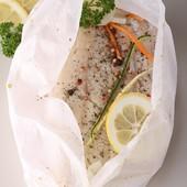 Cabillaud en papillote d'Endives    Pour 4  personnes  ✅4 endives  ✅10 ml d'huile d'olive ✅4 càs de crème de riz ✅4 filets de cabillaud ✅Thym ✅Sel, poivre  👉Préparation : 20 min 👉Cuisson : 30 min   👉Préchauffer le four à 240°C.  👉Émincer les endives dans le sens de la longueur. Les faire revenir dans l'huile pendant 15 min à feu doux. Saler et poivrer. 👉Découper  4 carrés de papier sulfurisé pour former les papillotes. Disposer dans chaque papillote : un lit d'endives, 1 càs de crème et un filet de cabillaud. Ajouter quelques feuilles de thym. Saler et poivrer.  👉Fermer les papillotes et enfourner pendant 15 min.             ------------------ #ideerecette #recettefacile #recetterapide #sainetbon #bienmanger #healthy #yummy