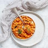 Curry de pois chiches à l'indienne  Pour 6 personnes   Il faut  ✅1 oignon rouge ✅2 càs d'huile végétale ✅2 càc de purée d'ail/gingembre ✅1 càs de curry ✅1 càs de massala ✅7cl d'eau ✅800g de tomates concassées ✅800g de pois chiches ✅½ càs de jus de citron vert ✅20cl de lait de coco ✅Sel/poivre ✅1 bouquet de coriandre  Recette :   👉Préparation et cuisson des pois chiches  ✅Mettre les pois chiches secs dans un grand saladier,  verser 1,5 litres d'eau froide par-dessus et laissez tremper toute la nuit   ✅Bien les égoutter et bien les rincer  ✅Les mettre  dans une grande casserole où on rajoute 3 fois leur volume d'eau. Il ne faut pas saler.  Porter à ébullition sans couvrir et laisser cuire environ1 h / 1 h30   ✅Les passer dans une passoire     👉Faire revenir l'oignon dans l'huile pendant 5 min sur feu moyen. Ajouter la purée d'ail/gingembre, mélanger et faire revenir pendant 1 min. Ajouter les épices et faire revenir pendant 2 min.  👉Ajouter l'eau et faire cuire jusqu'à ce qu'il ne reste plus de liquide. Ajouter les tomates. Faire mijoter sur feu doux pendant 10 min. Ajouter les pois chiches cuits, puis laisser mijoter pendant 10 min.  👉Ajouter le jus de citron, le lait de coco, un peu de sel et mélanger. Faire chauffer pendant encore 5 minutes puis servir  avec du riz et de la coriandre fraiche.        --------------------------- #iderecette #recettefacile #recetteapide #bienmanger #geourmandise #poschiche #recetteindienne #recette  ---------------------------      