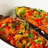 Aubergines farcies aux tomates et poivrons   Ingrédients pour 4 aubergines farcies  ✅2 aubergines  ✅1 poivron rouge,  1 vert, 1 jaune  ✅1 piment haché ✅1 oignon  ✅2 tomates pelées  ✅2 gousses d'ail ciselées  ✅huile d'olive ✅sel, poivre ✅1 cuillère à café de pâte de curry rouge ✅1/2 bouquet de persil frisé haché  Préparation 👉Couper les poivrons en petits cubes. 👉Laver et couper les aubergines en deux dans le sens de la longueur, retirer la chair  👉Émincer l'oignon finement et peler les tomates.     👉Faire revenir avec un peu d'huile d'olive les poivrons, l'oignon, les tomates pelées et la chair d'aubergine dans un faitout   👉ajouter les épices ( piment, ail, sel, poivre ) et la pâte de curry rouge.  👉mélanger et laisser cuire 20 minutes environ.  👉préchauffer le four à180°C. 10 min  👉huiler le plat à four et y placer les aubergines Les farcir avec la préparation précédente  👉enfourner pendant environ 25 minutes  👉à la sortie du four, parsemer de persil et d'un filet d'huile d'olive.  _______________________________________________  #recettefacile #recetterapide #cuisinemaison #faitmaison #recettehealthy #foodstagram #cuisinesaine #bienmanger #reequilibragealimentaire #santenaturelle #essentiellesunna  ________________________________________________